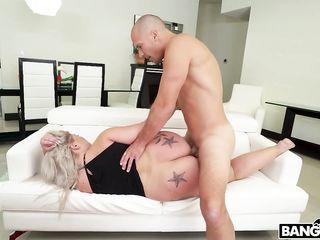 Мужик трахает блондинку с огромной жопой, а она садится ему на лицо