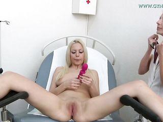Гинекологическое обследование девушки