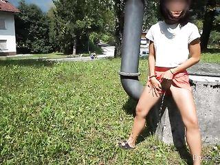 Девушка писает в парке