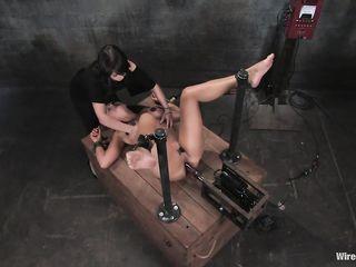 Садистка круто поиздевалась электричеством и секс машиной над рабыней