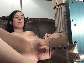 Брюнетка испытала на себе секс-машину и получила оргазм