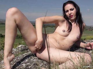 Голая женщина засовывает в вагину куриные яйца и раздавливает их