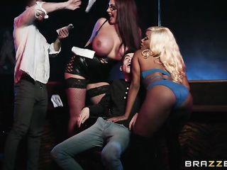 Две стриптизерши лишили парня девственности в ночном клубе