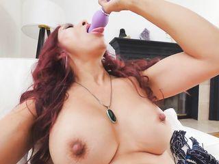 Не найдя мужика женщина удовлетворяет себя секс вибратором
