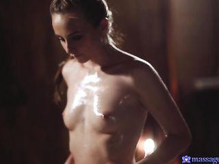 Сексуальная массажистка с пропитанными маслом маленькими сиськами