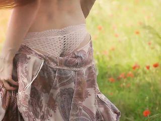 Голая красавица на маковом поле