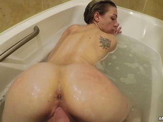 Жена занялась в ванной сексом с мужем