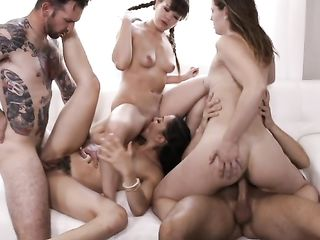 Три девушки и два парня устроили оргию дома