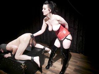 Доминатка засовывает руку в жопу мужику и лупит его доской