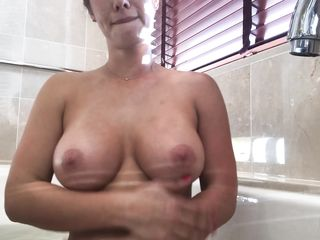 Пьяная женщина мастурбирует в ванной - частное видео