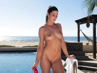 Сочная красотка развлекается в бассейне возле океана
