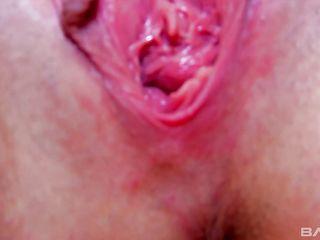 Показала крупно натертое влагалище после секса