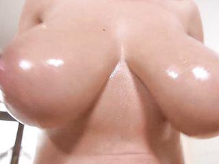 Женщина выдавливает молоко из сисек, смазывает медом и мастурбирует