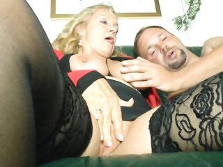 Жена смотрит как муж трахает ее зрелую подругу