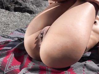 На пляже заснял голую латинку и ее розовую киску