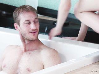 Хитрая жена с массажисткой делает мужу нуру массаж