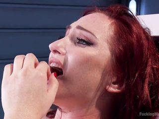 Сильная дрочка женской письки секс машиной, пена течет из вагины