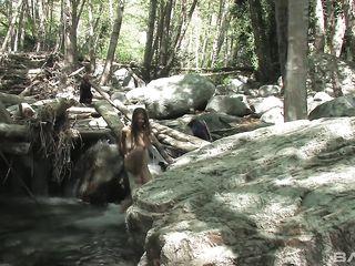 Индианка мастурбирует волосатую письку и подмывается в реке