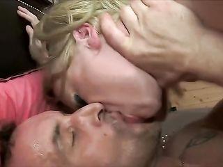 Похотливая зрелая блондинка сильно оттрахана во все дырки
