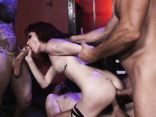 Худая нимфоманка наслаждается жестким групповым сексом