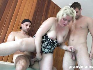 Мужики в сауне трахают жирную проститутку