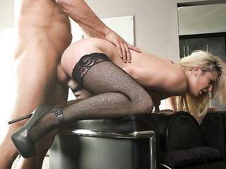 Семейная пара практикует секс игрушки. Женщина оргазмирует много раз