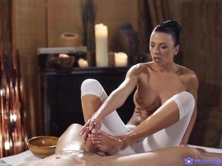 Массаж члена руками и ступнями продолжился красивым сексом