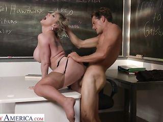 Зрелая училка трахается в классе с парнем