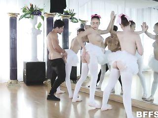 Парень трахнул трех балерин
