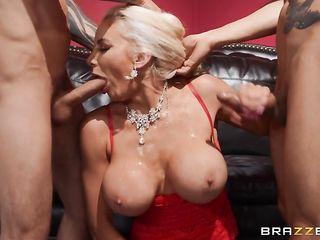 Грудастая блондинка трахается с мужьями подруг