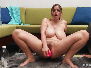 Сладкая и сексуальная девушка сует в киску фаллоимитатор