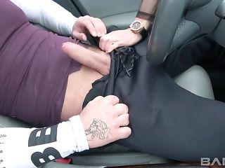 Уличная шлюха сосет и трахается с водителем автомобиля