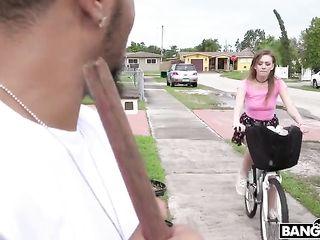 Девушка катается на велосипеде и мастурбирует