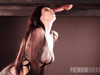 Очень сексуально сосет член под столом и сперма капает ей в рот с конца