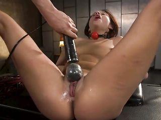 Ее киска течет от жесткого секса и страха