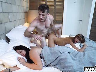 Пацанчик трахнул подружку, пока его девушка спала рядом