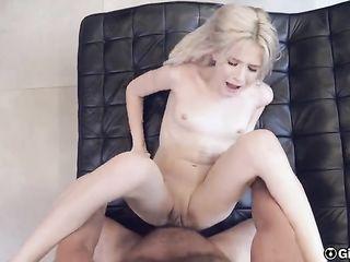 Оргазмическая девушка и ее сочная киска