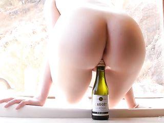 Рыженькая девушка побрила киску и всунула во влагалище бутылку