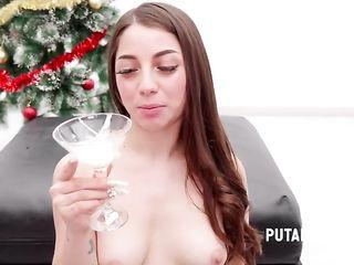 Девушка выпила бокал спермы