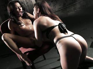 Лесбиянка любит пожестче