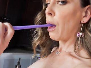 Секси домохозяйка ярко мастурбирует на кухне
