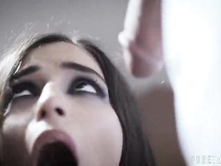 В больнице врач с санитаром жестко трахают девушку