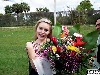 Девушка, за красивый букет цветов согласилась отдаться в машине