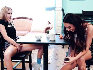 Студентка мастурбирует в кафе, а подруга снимает на телефон