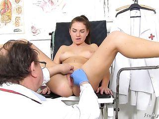 Врач обследует влагалище, берет анализы и трахает девушку секс машиной