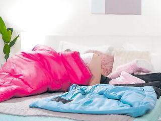 Кензи Ривз застряла в спальном мешке и получила член в киску