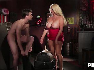 Женщина занимается сексом в баре после закрытия