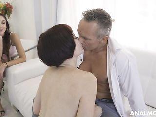 Женщина наблюдает как муж трахает ее подругу в попку