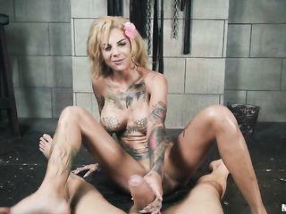 Бонни любит сквиртовать от жесткого секса