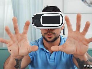 Кэти застает парня за дрочкой члена в VR-шлеме